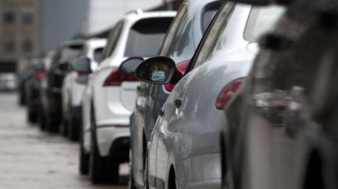 Una conductora espera en su coche junto al hospital de Monforte a que le tomen muestras para comprobar si tiene covid-19
