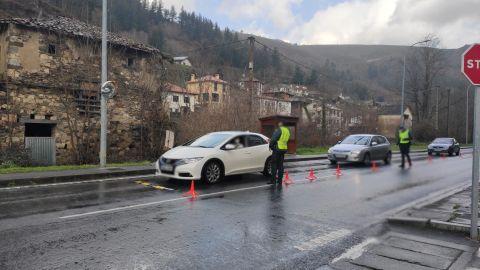 Control de la Guardia Civil en Corias, en Cangas del Narcea, por el cierre perimetral del concejo