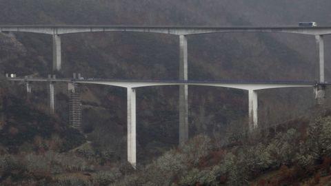 En primer término, uno de los viaductos de la A-6 que está siendo reparado