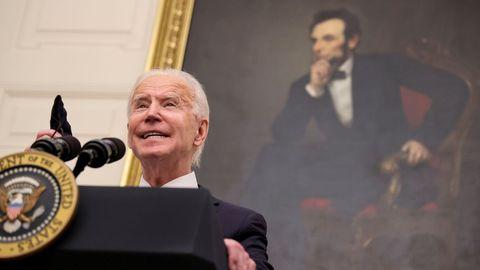 Declaración de Biden con un retrato de Abraham Lincoln tras él