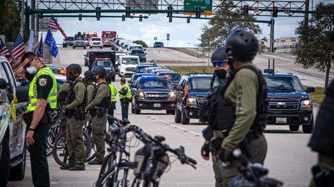 Agentes de la Oficina del Sheriff de Plam Beach custodian el convoy del presidente Donald Trump a su llegada el pasado miércoles a Palm Beach Florida.
