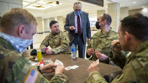 El nuevo líder de la mayoría del Senado, Chuck Schumer, conversa con soldados en el Capitolio