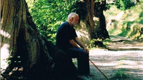 Uxío Novoneyra en su localidad natal de Parada do Courel, situada a una veintena de kilómetros del Camino Francés, en una imagen de archivo
