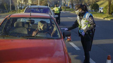 Un policía local realizando un control por las restricciones de movilidad en Santiago la semana pasada