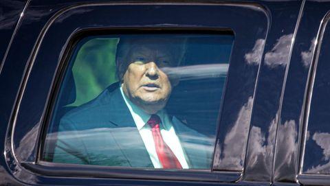 Trump, en un coche tras su llegada a West Palm Beach, Florida, tras dejar la presidencia de Estados Unidos