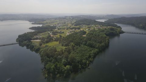 La península de Crendes y Orto, en Abegondo, un concello pionero en la gestión de las traídas vecinales y que fue premiado por la Unión Europea