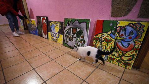 Los cuadros de Labajjo reposan por toda la casa de su hijo