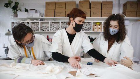 La diseñadora Sara Lage junto a dos miembros de su equipo