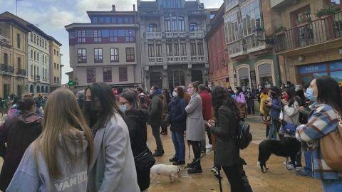Centenares de personas se concentran contra la gestión del albergue municipal