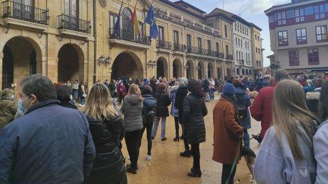 Centenares de personas arropan la protesta contra la cesión del albergue municipal