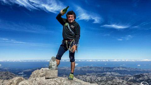 Bernabé Aguirre López, el que más veces ascendió el Urriellu, escanciando en la cumbre