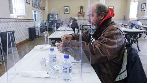 En la imagen, el comedor social de la cale Rubalcava, donde en cada mesa solo pueden comer dos personas separadas por una mampara