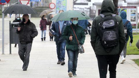 Gente con mascarilla en una calle del centro de Monforte