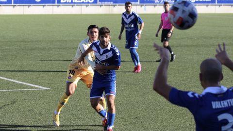Meléndez, de azul, a punto de recibir un balón en un partido ante el Espanyol B