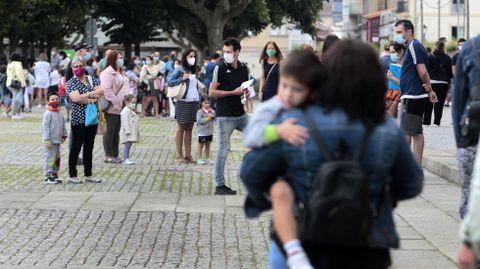 Escolares y familiares a la espera de entrar a clase el primer día de este curso en uno de los colegios de Monforte