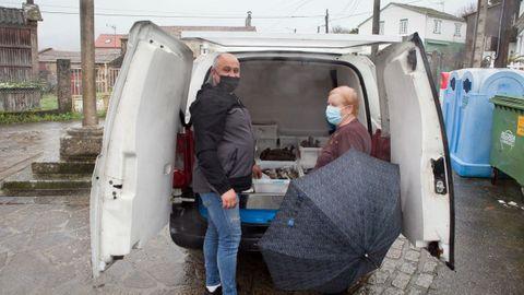 Gerardo Reboiras, ayer, vendiendo pescado en la aldea de Revixós, en Dodro