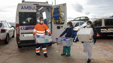 Sanitarios de Cantabria transportan cajas con vacunas