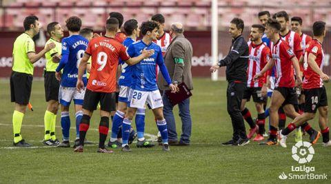 Jugadores del Logroñés y del Oviedo se saludan tras el partido
