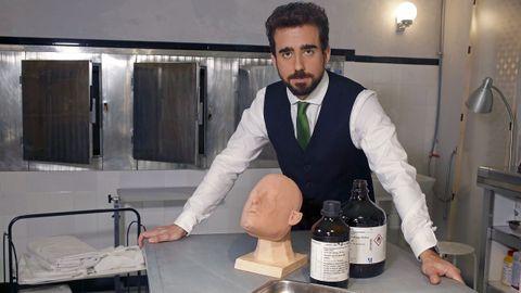 Miguel Canalejo posa caracterizado como Damián en el tanatorio, la tapadera para blanquear el dinero procedente del tráfico de drogas en su familia