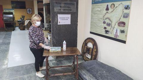 Una mujer con mascarilla en el museo geológico de Quiroga