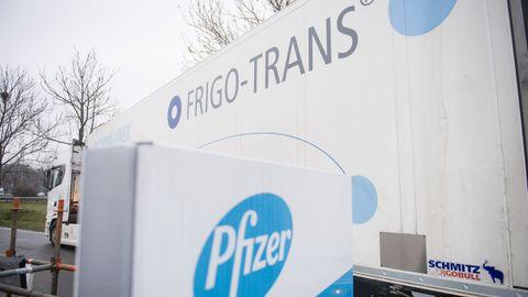 Camión frigorífico en la planta de producción de Pfizer en Bélgica