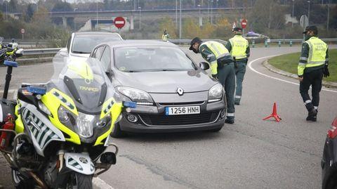 Agentes de la Guardia Civil de tráfico en un control de carretera cerca de Lugo