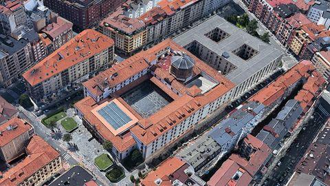 Edificio histórico del Hotel de la Reconquista con su conocida cúpula y, pegada a él, la Escuela de Minas de la Universidad de Oviedo