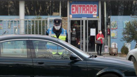 Un agente de la Policía Local, en un control de movilidad esta semana en una de las entradas a Monforte
