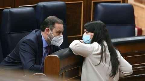 La diputada de Vox Macarena Olona conversando con el ministro José Luis Ábalos en el Congreso
