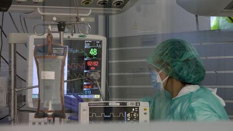 La uci del HULA, que cada vez acoge a pacientes más jóvenes