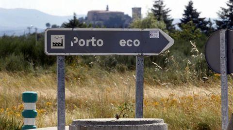 Un indicador desgastado en la entrada del puerto seco de Monforte