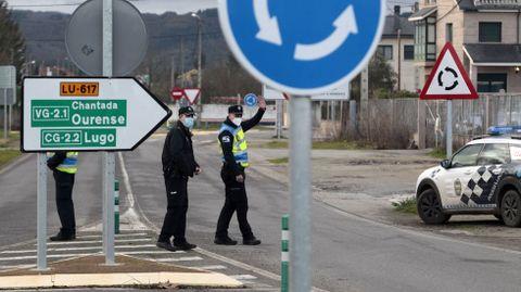 Agentes de las policías local y nacional, esta semana en un control de movilidad en una de las entradas a Monforte