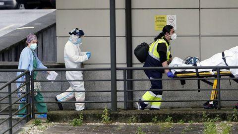 Traslado de un paciente en el área de Urgencias de Montecelo