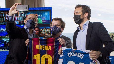 Casado posa para un selfi junto a Fernández y Almeida, con las camisetas del Barça y el Espanyol