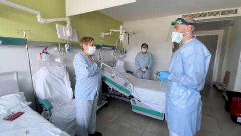 Dos pacientes con el médico que los atiende en la planta covid del CHUO