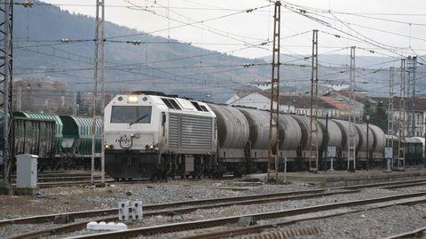 Tren de mercancías estacionado en la estación, en la parte más próxima al centro logístico