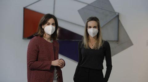 A la izquierda, Alba Formoso, coordinadora del torneo de debate, y a la derecha Carmen Arias, directora de la Fundación Barrié