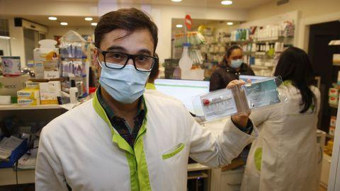 Francisco Torres, de la Farmacia Campolongo, en Pontevedra, donde se despachan los nuevos test salivares