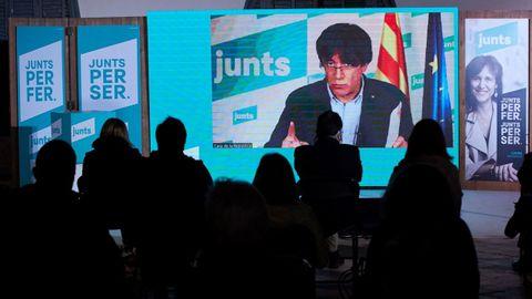 Carles Puigdemont intervino por videoconferencia en un acto electoral de las pasadas eleeciones catalanas