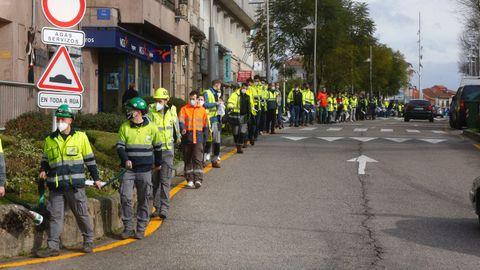 Trabajadores de Ence hicieron este viernes una cadena humana hasta la sede del PSOE en Pontevedra