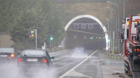 El túnel de la A-52 quedó cortado tras el incendio de un vehículo