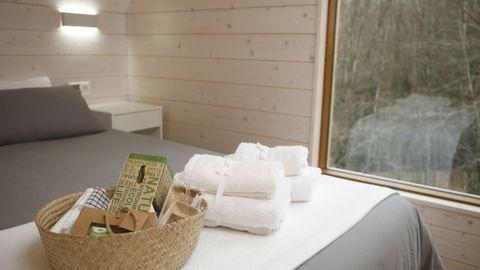 Las habitaciones cuentan con grandes ventanales que las conectan con la naturaleza