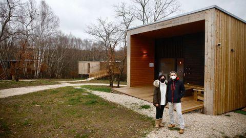Además de las tres cabañas hay un edificio de madera destinado a recepción