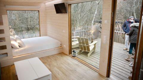 Una de las habitaciones cuenta con una litera empotrada tras el cabecero de la cama principal