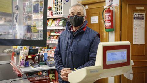 Plácido Perdiz en su tienda de Mugueimes