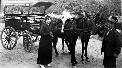 Teresa Lamas Sanjurjo con su hijo y un criado negro en su finca de Vilaousende