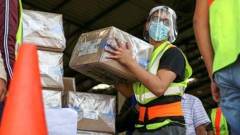 perarios del Consejo Nacional Electoral trabajan en la distribución de material electoral para las elecciones generales