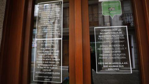 En la taberna de O Rincón do Tronco, en la calle Pastor Díaz, denuncian con varios carteles reivindicativos la difícil situación que atraviesa la hostelería del municipio