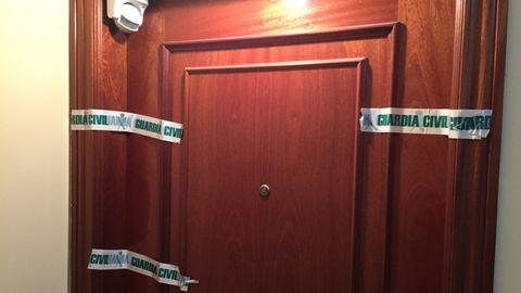 La puerta de la vivienda del hombre hallado muerto en Teixeiro