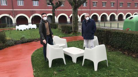 Los concejales del PP ante el mobiliario que se compró con un contrato menor en el CEI Nodus